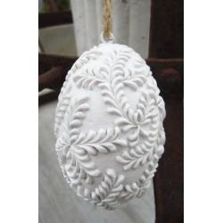 Vackert vitt ägg med bladmönster