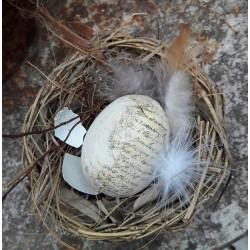 Sött fågelbo med handgjort ägg