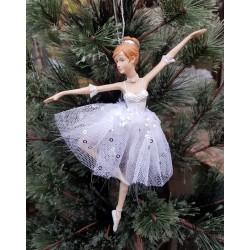 Ballerina i vit glittrig klänning