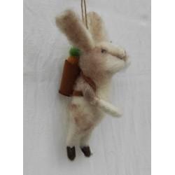 Gullig tovad kanin med morot