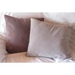 Ljusgrå kudde i sammet
