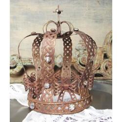 Vacker detaljrik krona med stenar
